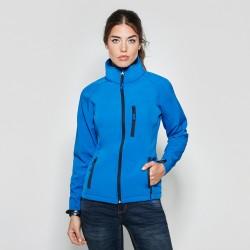foto de modelo con la chaqueta softshell azul para personalizar en marcate.net