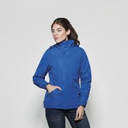 Modelo con la parka chaqueta personalizada azul de mujer en marcate.net