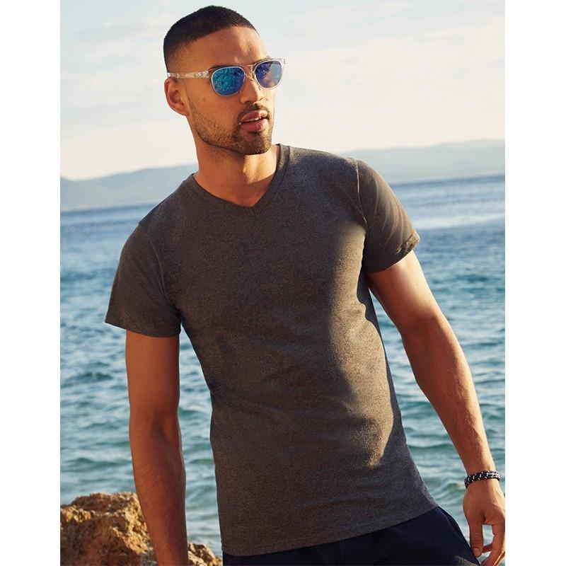 foto chico con camiseta cuello v marron para personalizar en marcate.net