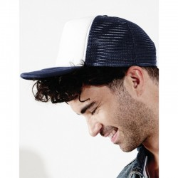 foto de chico con gorra trucker azul y blanca para personalizar en marcate.net
