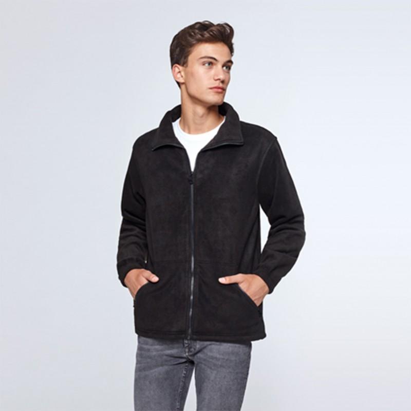 foto de modelo con chaqueta polar unisex para personalizar online en marcate.net
