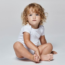 foto de bebé con body blanco de manga corta para personalizar en marcate.net