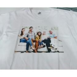 camiseta personalizada hombre cuello pico impresion directa a todo color familia en sofa
