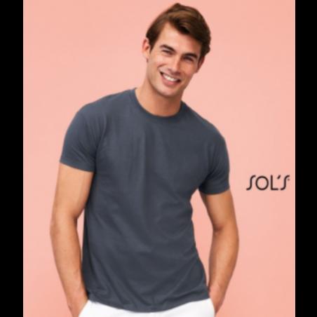 Foto de modelo con camiseta Regent de la marca Sols para personalizar en Marcate.net