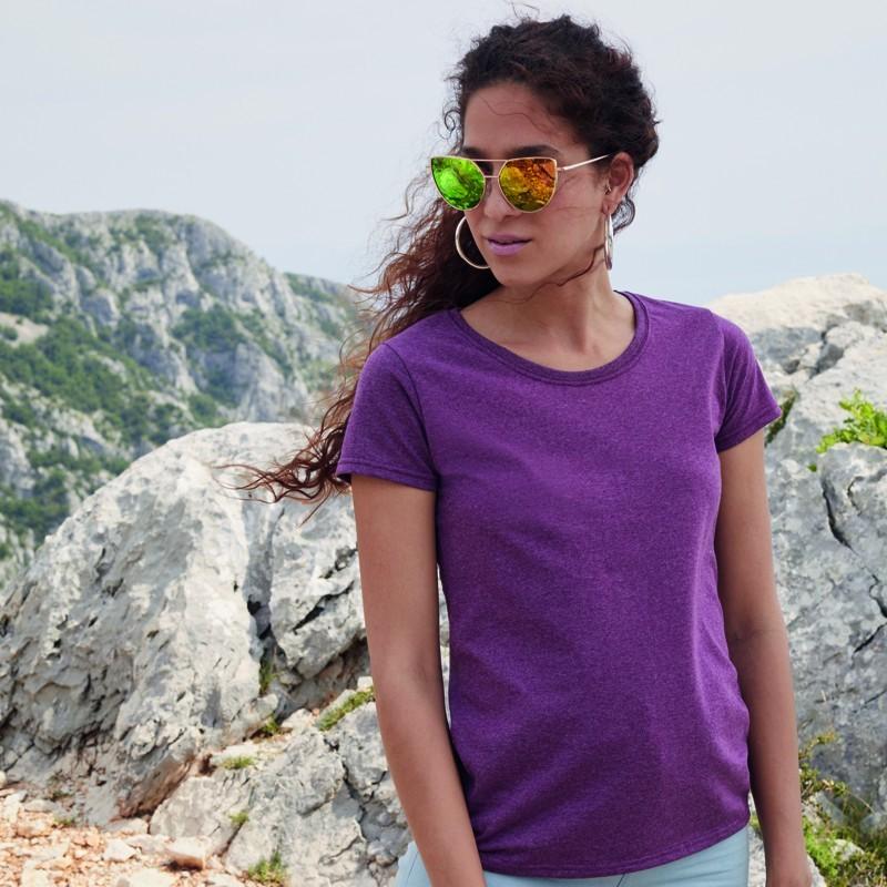 modelo con camiseta basica resistente de mujer de color purple para personalizar en marcate.net