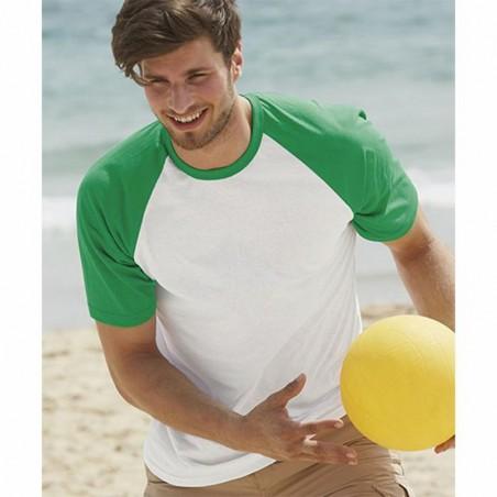 Imagen de modelo con camiseta de baseball blanca y verde para personalizar en marcate.net