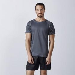 foto de chico con camiseta gris de deporte técnica para personalizar en marcate.net